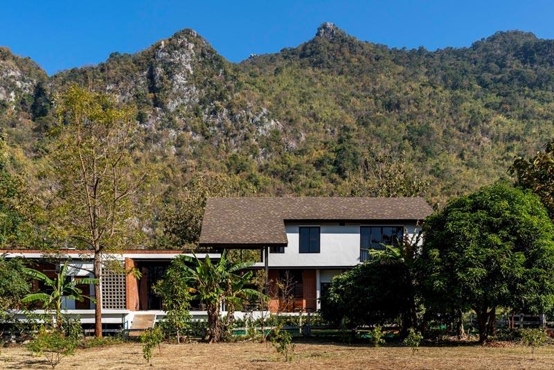 ออกแบบบ้านสองชั้น เน้นให้เห็นความเป็นสัจจะอย่างเรียบง่าย